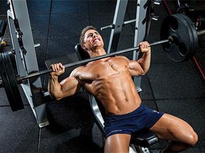 健身房胸部肌肉强化锻炼